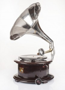 Round gramophone with a crank / circular patephone in cherry colour